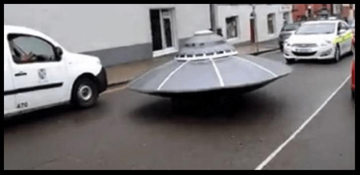 Policía irlandesa persiguiendo a un
