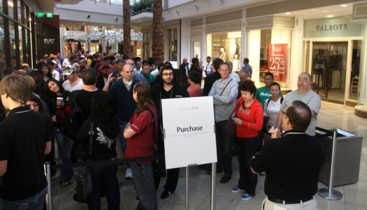 Millenia Mall Shoppers Line Up For I Pad 3