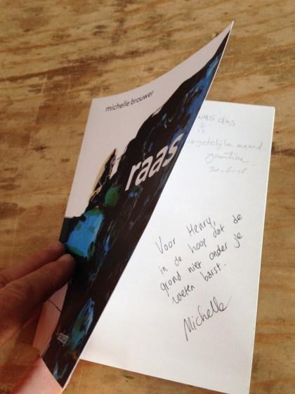 Michelle Brouwer haar boek in de Landschapsbibliotheek