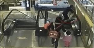 Video: muere bebé tras caer de los brazos de su abuela en una escalera eléctrica