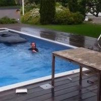 Abkühlung: in den Pool springen