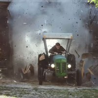 Rasender Bauer auf 425 PS-Traktor
