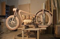 Ein Motorrad aus Holz