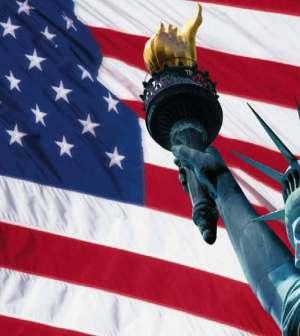 bandiera americana e statua della libertà