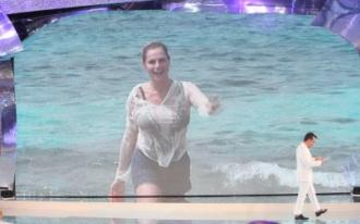 Simona ventura arriva sull'isola dei famosi 8 Foto