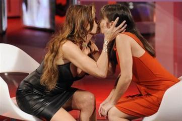 Victoria Cabello e Alba Parietti bacio hot Foto