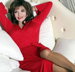 Joan-Collins-su-divano-bianco
