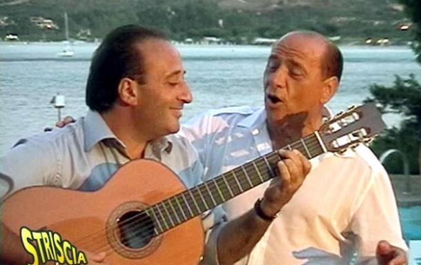 silvio berlusconi con mariano apicella mentre cantano