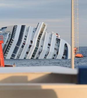 La nave della Costa Concordia in mare foto