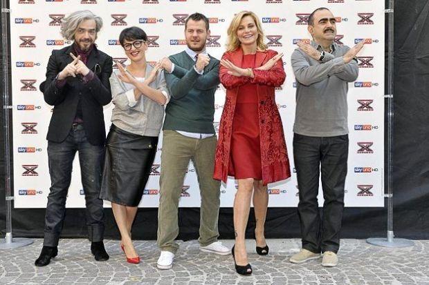 Foto dei giudici e del conduttore di X factor 5 alla conferenza stampa finale