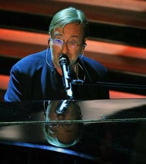 il cantante lucio dalla al piano