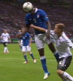 Foto-balotelli-gol-di-testa-euro-2012