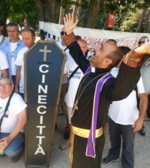 I manifestanti celebrano i funerali di Cinecittà per protesta