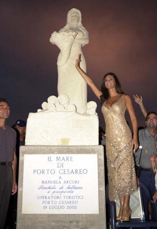 statua manuela arcuri