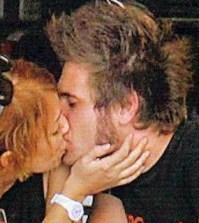Foto di Valeria Molin Pradel e Armando Avellino che si baciano