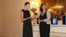 premio alla carriera a Stefania Rocca consegnato dal vicesindaco di parma Paci
