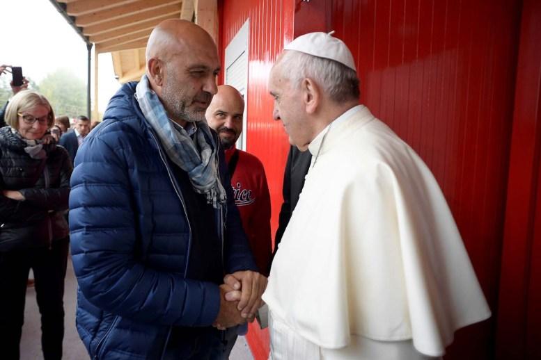 2016-10-04T085023Z_808352779_S1BEUEZTJRAA_RTRMADP_3_POPE-AMATRICE-QUAKE