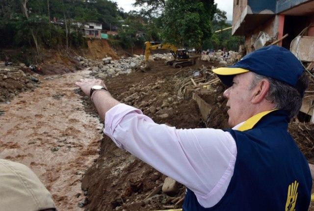 COL70. MOCOA (COLOMBIA), 02/04/2017.- Fotografía cedida por la presidencia de Colombia del presidente colombiano Juan Manuel Santos hoy, domingo 2 de abril de 2017, en Mocoa (Colombia). Santos, confirmó hoy que 210 personas fallecieron y 203 más resultaron heridas en la avalancha de tres ríos que arrasó parte de Mocoa, al tiempo que prometió la reconstrucción de esta ciudad ubicada en las selvas del sur del país. EFE/CESAR CARRIÓN/PRESIDENCIA DE COLOMBIA/SOLO USO EDITORIAL/NO VENTAS