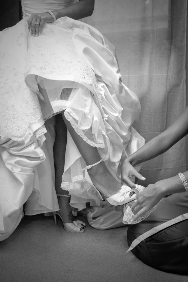 bride putting on her garter