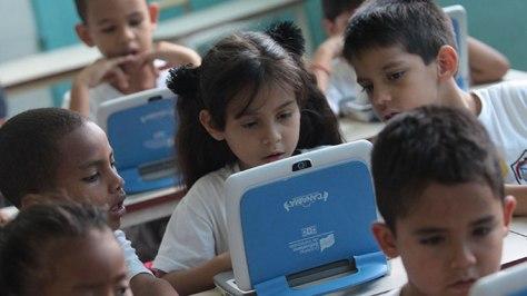 Niños en clases con computadoras Canaimita