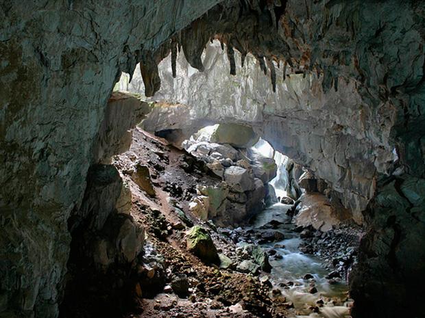Cueva Huerta, para practicar espeleología en Asturias. Deporte multiaventura