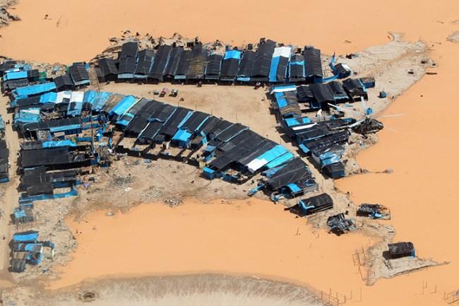 """Campamento de mineros ilegales en """"La Pampa"""", Madre de Dios. Foto: Andina"""