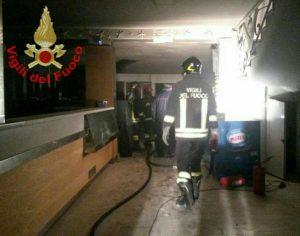 incendio-stabilimento-gaeta-vigili-fuoco