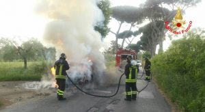 incendio-auto-via-nascosa-latina