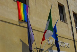 FOTO Il Comune di Formia aderisce al Lazio Pride di Latina ed espone la bandiera arcobaleno