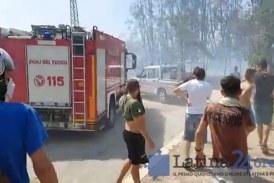 VIDEO Paura a Campo Boario, enorme incendio distrugge le baracche: residenti in strada