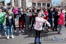 VIDEO 400 ragazzi in piazza per il flash mob contro il bullismo