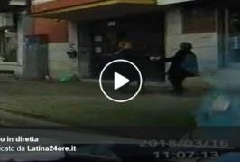 VIDEO Scippo ripreso in diretta da un'auto di passaggio, anziana ferita