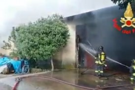 VIDEO Enorme incendio in un magazzino a Sabaudia