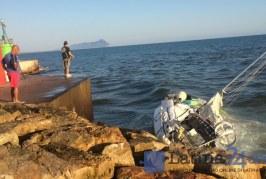 FOTO Fondale troppo basso, barca a vela contro gli scogli a Rio Martino