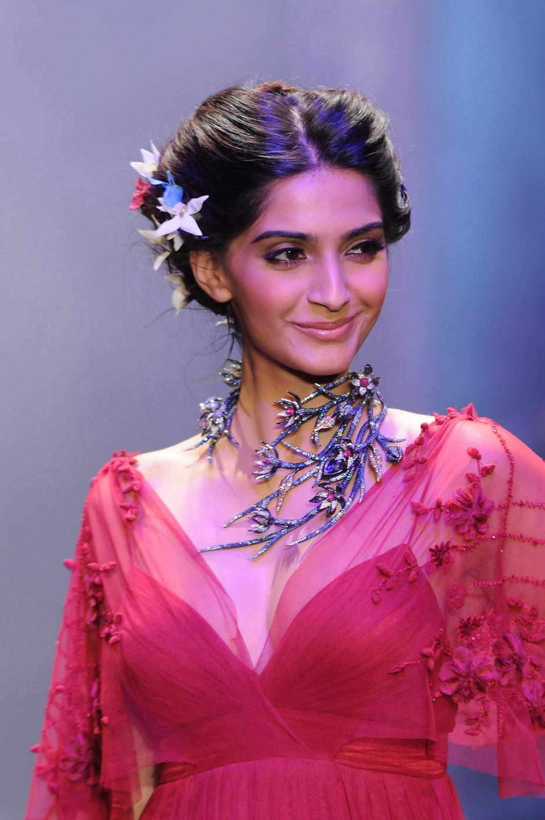 Mothers Day Hd Wallpaper Sonam Kapoor On A Ramp Beautifully Dressed