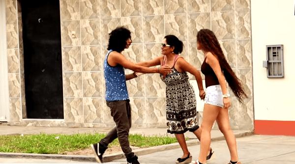 Primero rechaza y corre al novio de su hija, pero al ver su auto cambia de opinión