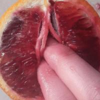 Instagram bloqueó 3 veces la cuenta de esta joven por publicar fotos manoseando frutas