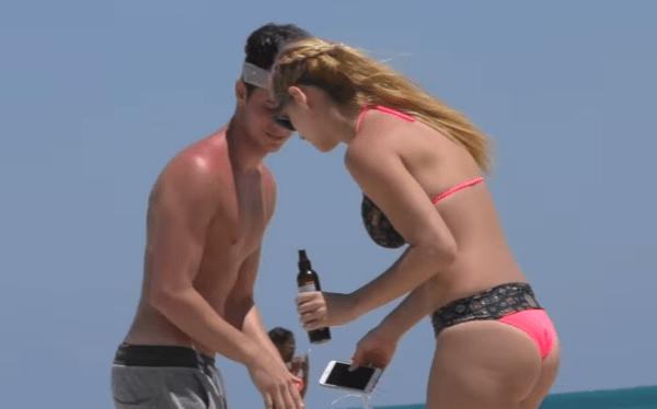 Este chico te enseña cómo atraer a cientos de chicas sexys en la playa