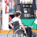 Una chica rechaza a joven en silla de ruedas, ve qué ocurre cuando se da cuenta que es millonario
