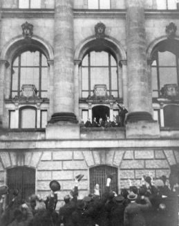 Philipp Scheidemann ruft von einem Balkon des Berliner Reichstags die erste deutsche Republik aus. (Quelle: wikipedia)