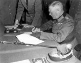 Generalfeldmarschall Wilhelm Keitel unterzeichnet die zweite, ratifizierende Kapitulationsurkunde am 8./9. Mai 1945 in Berlin-Karlshorst. (Quelle: Lt. Moore (US Army) - National Archives and Records Administration: http://www.archives.gov/research/military/ww2/photos/ (photo no. 193))