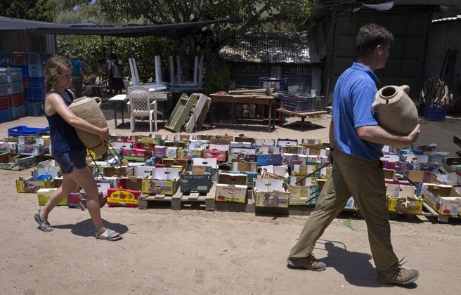 Arqueólogos transportan vasijas de cerámica
