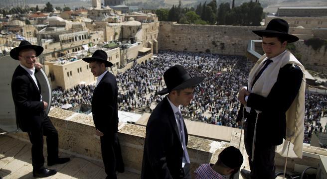 Judíos ultra ortodoxos mientras celebran la festividad de la Pascua, en el Muro de las Lamentaciones en Jerusalén, el pasado mes de abril