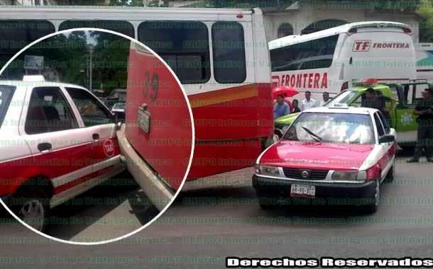 Autobús Álamo ocasiona percance automovilístico
