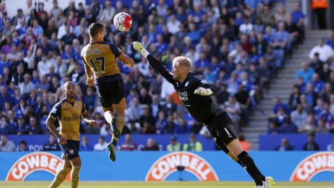 Arsenal's Alexis Sanchez, center, scores their third goal during their English Premier League soccer match against Leicester City at the King Power Stadium, Leicester, England, Saturday, Sept. 26, 2015. (Paul Harding/PA via AP)     UNITED KINGDOM OUT       -     NO SALES      -      NO ARCHIVES