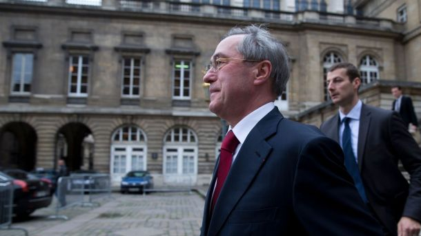 claude-gueant-a-sa-sortie-du-palais-de-justice-le-13-novembre-2015-a-paris