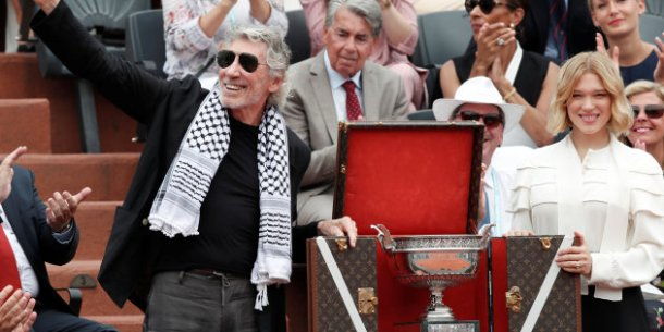 Tennis - French Open - Roland Garros, Paris, France - June 10, 2018 Singer Roger Waters and actor Lea Seydoux with the trophy before the final between Spain's Rafael Nadal and Austria's Dominic Thiem REUTERS/Benoit Tessier