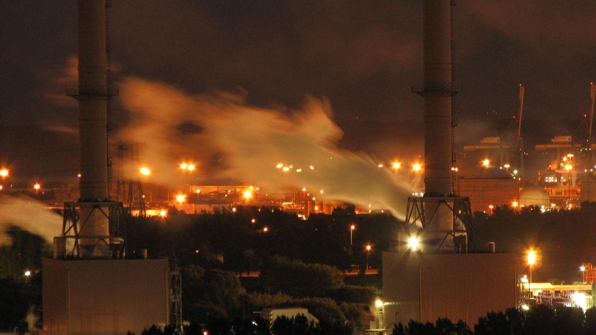 Havre : un nuage de fumée noire s'échappe d'une raffinerie Total