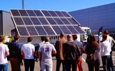 Des panneaux photovoltaïques sur un camion pour l'alimentation électrique des chantiers