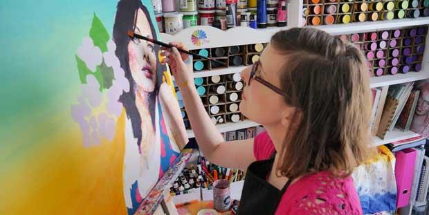 Amylee dans son atelier